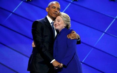 Barack Obama, Hillary Clinton are posing for a picture