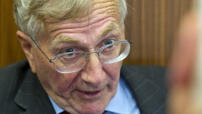 A close up of Seymour Hersh wearing glasses and looking at the camera